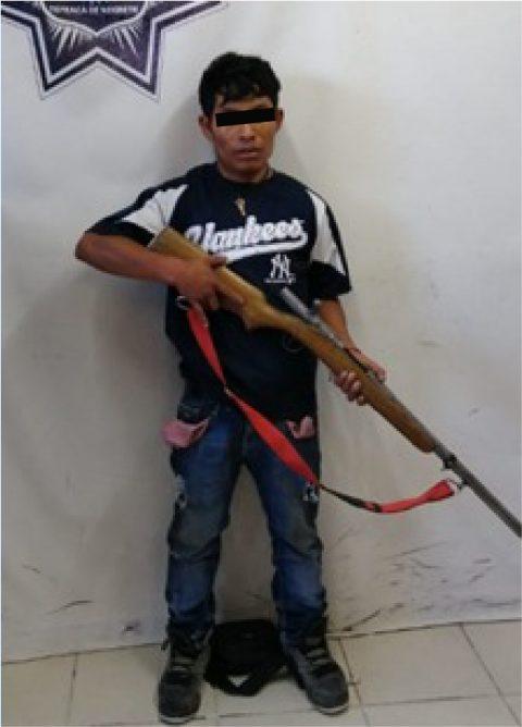 Policías de Tepeaca detienen a sujeto por portar arma de fuego